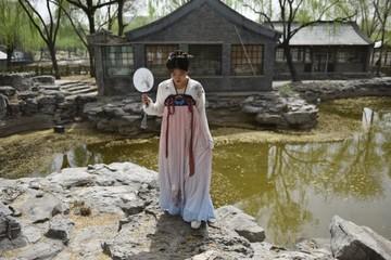 Ngược dòng thời gian, giới trẻ Trung Quốc tìm về trang phục cổ truyền