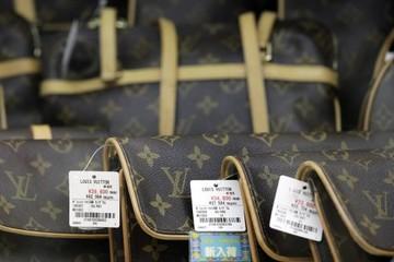 [Chuyện thương hiệu] Vì sao những chiếc túi Louis Vuitton rất đắt đỏ nhưng không bao giờ giảm giá?