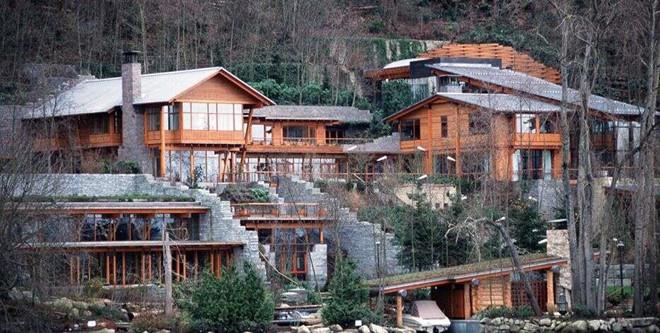 Thị trấn nơi 2 người giàu nhất hành tinh sinh sống đang cạn tiền