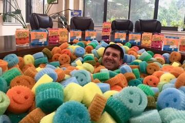 [Chuyện thương hiệu] Scrub Daddy: Từ miếng xốp rửa bát hình mặt cười đến công ty thành công nhất Shark Tank