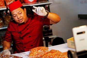 Chàng trai Thái thu gần triệu USD một tháng nhờ livestream bán hải sản