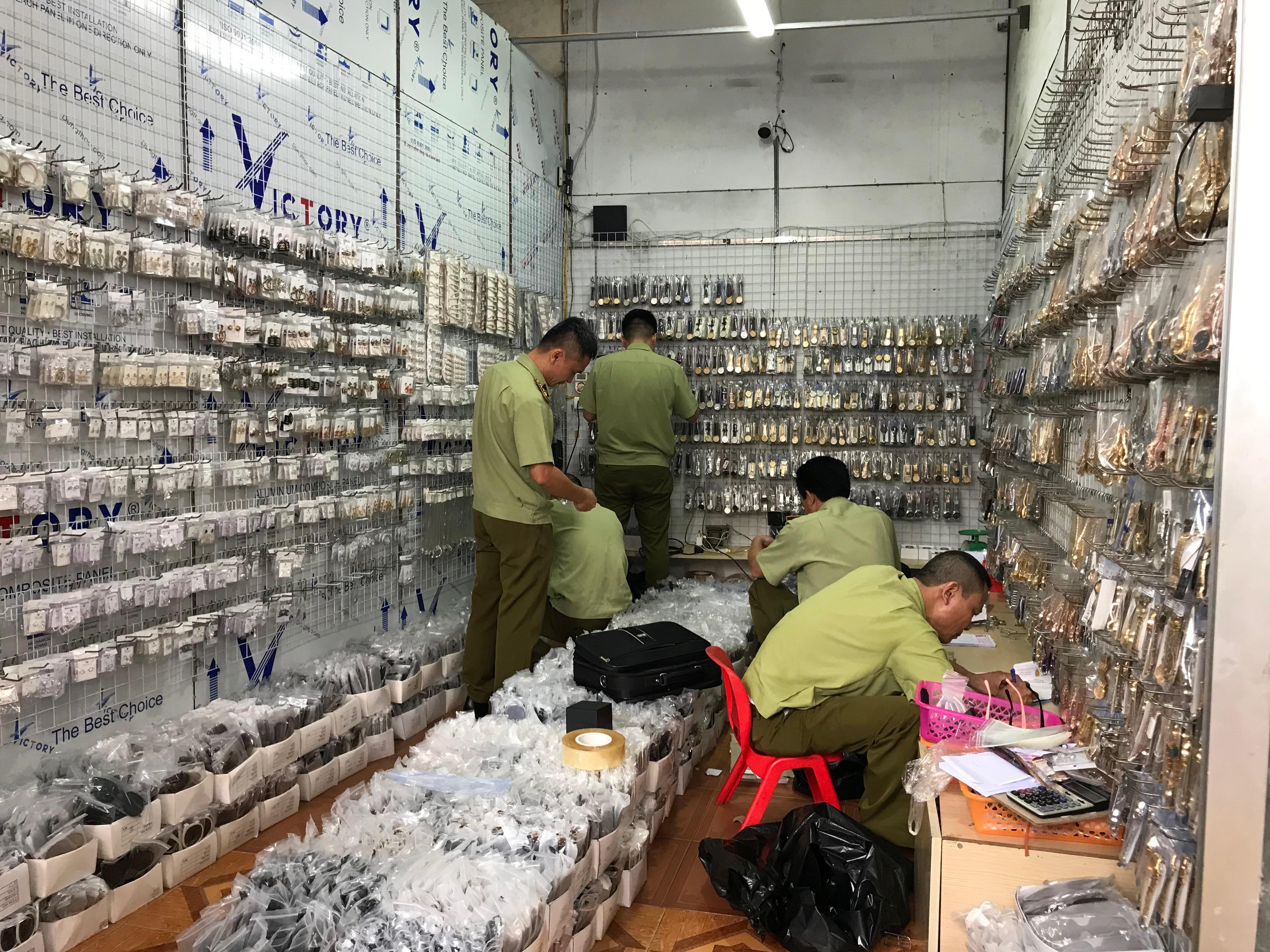 Hàng nghìn sản phẩm giả Hublot, Dior, LV… bị thu giữ tại Hà Nội