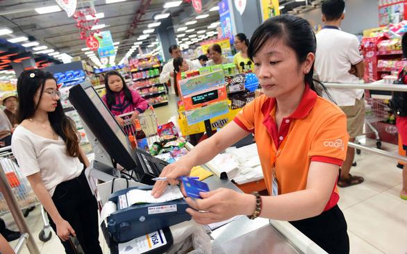 Cà thẻ vẫn bị thu phí với lý do 'ngân hàng thu'