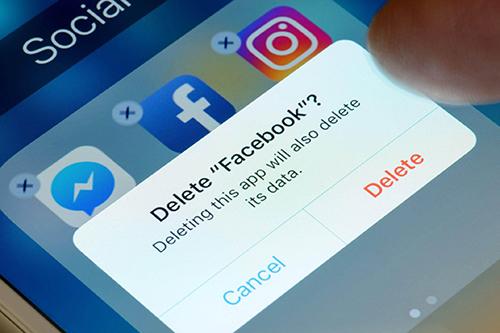 Facebook mang đến nhiều phiền toái cho người dùng. Ảnh: Huffington Post.