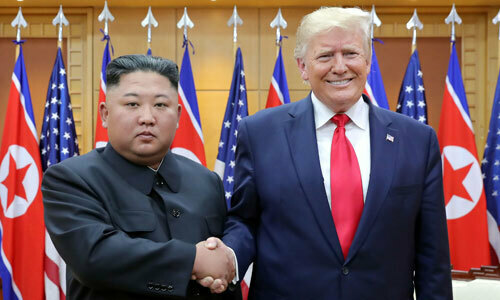 Lãnh đạo Triều Tiên Kim Jong-un, trái, gặp Tổng thống Mỹ Trump tại DMZ ngày 30/6. Ảnh: Reuters.