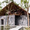 <p> Ngôi nhà được bao quanh bởi nước và cây xanh.</p>