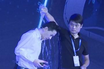 Chủ tịch Baidu bị khán giả đổ nước lên đầu khi đang phát biểu