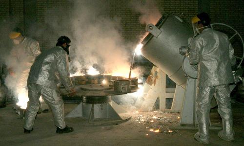 Kỹ thuật viên trong cơ sở làm giàu uranium của Iran. Ảnh: Reuters.