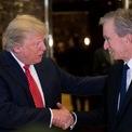 """<p> Tổng thống Donald Trump và ông chủ LVMH. Ảnh: <em>Getty Images.</em></p> <p> Arnault cũng thường xuyên tiếp xúc với một số nhân vật có ảnh hưởng lớn trên thế giới, trong lĩnh vực thời trang và nhiều lĩnh vực khác. Năm 2017, ông gặp Donald Trump tại Trump Tower (New York ) ngay trước khi ông Trump nhậm chức tổng thống để thảo luận về việc mở rộng các nhà máy LVMH ở Mỹ.</p> <p class=""""Normal""""> Doanh nhân này được cho là bạn bè với nhà sáng lập Apple Steve Jobs, người từng nói với Arnault rằng: """"Tôi không biết 50 năm nữa có ai còn dùng iPhone hay không, nhưng chắc chắn mọi người vẫn sẽ uống rượu Dom Perígnon của ông"""".</p> <p class=""""Normal""""> Arnault cũng là bạn bè lâu năm với cựu tổng thống Pháp Nicolas Sarkozy và là nhân chứng trong đám cưới của cựu tổng thống với Carla Bruni.</p> <p class=""""Normal""""> Đối thủ đáng gờm của Arnault là Francois Pinault, người sáng lập, CEO của Kering - công ty nắm giữ các thương hiệu xa xỉ như Gucci và Yves St. Laurent. Tỷ phú này cũng sở hữu nhà đấu giá nổi tiếng Christie's. Năm 1999, LVMH cố thâu tóm cổ phần tại Gucci nhưng cuối cùng tuột mất thương hiệu này vào tay Pinault.</p>"""