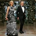 <p> Helene Mercier, vợ tỷ phú giàu thứ 2 thế giới. Ảnh: <em>Reuters.</em></p> <p> Năm 1984, Arnault trở thành CEO của công ty chuyên hàng xa xỉ Financiere Agache. Ông kết hôn với Dewavrin vào năm 1973 và có 2 con với nhau trước khi chia tay vào năm 1990. Một năm sau đó, ông tái hôn với Helene Mercier, một nghệ sĩ Piano người Canada. Arnault và vợ hiện sống tại ở khu vực Left Bank bên sông Seine, của Paris.</p>