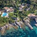 """<p> Vila của Bernard Arnault vào năm 2015. Ảnh: <em>Getty Images.</em></p> <p> Giống như nhiều tỷ phú khác, Arnault thường xuyên đi du lịch bằng máy bay riêng. Ông cũng sở hữu một biệt thự nghỉ dưỡng lớn tại Saint-Tropez, thuộc vùng Provence-Alpes-Côte d'Azur miền đông nam Pháp.</p> <p class=""""Normal""""> Ông cũng được cho là chi ít nhất 96,4 triệu USD để mua nhà tại Los Angeles, Beverly Hills, Trousdale Estates và Hollywood Hills, Mỹ.</p> <p class=""""Normal""""> </p>"""