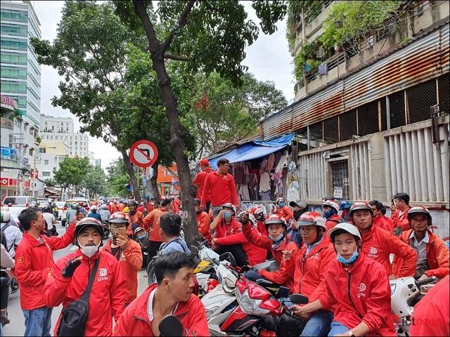Tài xế Go-Viet tắt ứng dụng, biểu tình, kéo đến trụ sở công ty ở TP HCM