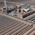 <p> Những tấm gương cong sẽ tập trung bức xạ mặt trời về đỉnh tháp để đốt nóng các ống muối. Điện được tạo ra sẽ được trữ trong 1 thiết bị để sử dụng vào thời điểm khác, đặc biệt là vào ban đêm khi nhu cầu tiêu thụ lớn. Quá trình này khác với cách hoạt động của các tấm pin mặt trời thông thường là chuyển năng lượng trực tiếp tới lưới điện. Ảnh: <em>Getty Images.</em></p>