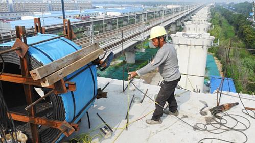 Công nhân trên công trường một dự án đường sắt cao tốc ở Giang Tô. Ảnh: AFP