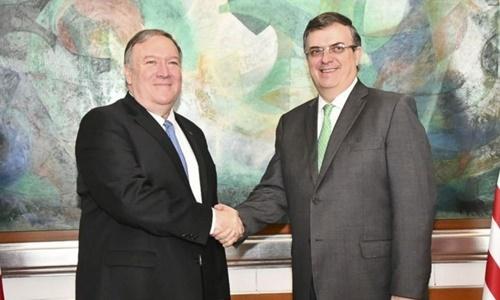 Ngoại trưởng Mỹ Mike Pompeo (trái) và người đồng cấp Mexico Marcelo Ebrard gặp mặt tại Mexico City ngày 21/7. Ảnh: Reuters.