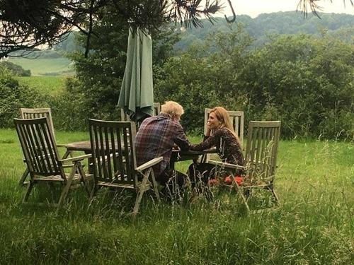 Boris Johnson và bạn gái tại vùng đồng quê Sussex, đông nam nước Anh hôm 24/6. Ảnh: Guardian.