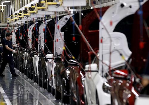 Công nhân trong một nhà máy của Beijing Benz Automotive. Ảnh: Reuters