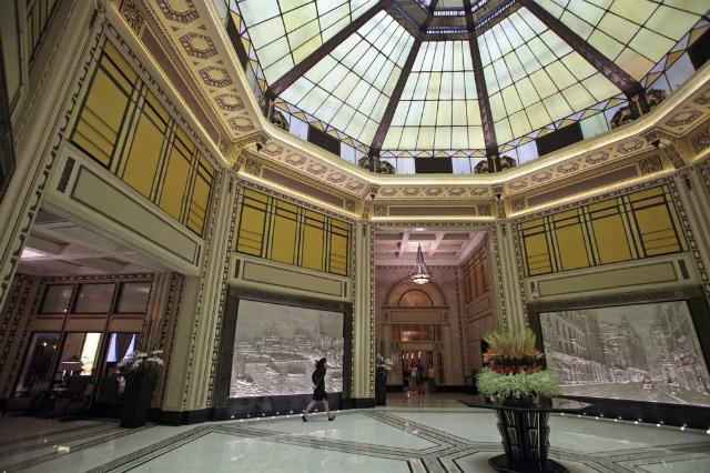 Sảnh khách sạn Fairmont Peace. Ảnh: Bloomberg.