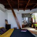 <p> Phòng ngủ được bao quanh bởi lớp kính hình vòng cung. Bên trong có cầu thang dẫn lên gác lửng.</p>