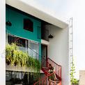 <p> Một cầu thang được đặt bên ngoài tầng 2, kết nối tầng 2 và tầng 3, vừa tránh cảm giảm chật chội cho showroom, vừa đảm bảo không gian riêng tư cho gia đình ở tầng 3.</p>