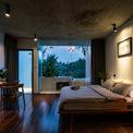 <p> Toàn bộ hệ thống phòng ngủ được bao quanh bởi nhiều mặt kính.</p>