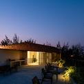 <p> Buổi tối, sân thượng trở thành một không gian lãng mạn, lung linh.</p>