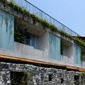 <p> Bức tường bằng đá tạo nên vẻ đẹp đặc biệt, vừa sang trọng, vừa mát mẻ.</p>