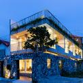 <p> Dự án nhà ở, kết hợp homestay được xây dựng cách một bãi biển ở miền Trung chưa đến 200 mét. Ngôi nhà được bao quanh bởi không gia bình yên, có phần hoang sơ.</p>