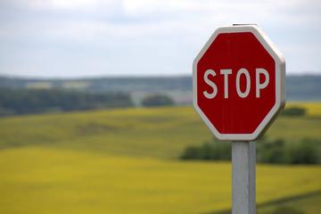 Nhà đầu tư chú ý: Có 12 mã chứng khoán bị tạm ngừng giao dịch trong tuần tới