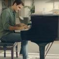 """<p> <span style=""""color:rgb(0,0,0);"""">Trong một quảng cáo gần đây cho Uniqlo, Federer đã thử chơi đàn piano và nói rằng mình muốn tập luyện nhiều hơn để có thể khiến vợ ngạc nhiên.</span></p>"""