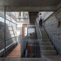 <p> Bức tường gạch, khung sắt mang lại cảm giác đơn giản, mộc mạc cho ngôi nhà.</p>