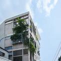 <p> Công trình nằm trong một con ngõ nhỏ, xung quanh là những ngôi nhà thấp tầng mang nhiều đặc trưng của kiến trúc nhà ở miền Nam Việt Nam.</p>