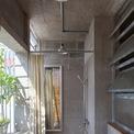 <p> Khác với hầu hết công trình nhà ở khác tại đô thị, nhà vệ sinh hướng ra bên ngoài, đón ánh sáng trực tiếp thông qua ô cửa sổ rộng.</p>