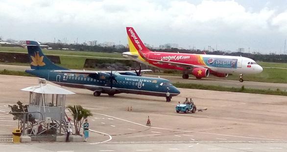 [Caption]Hàng không VN đang chịu áp lực lớn về hạ tầng và nhân lực. Trong ảnh: máy bay trên đường lăn chuẩn bị cất cánh ở sân bay Tân Sơn Nhất - Ảnh: TRUNG HÀ