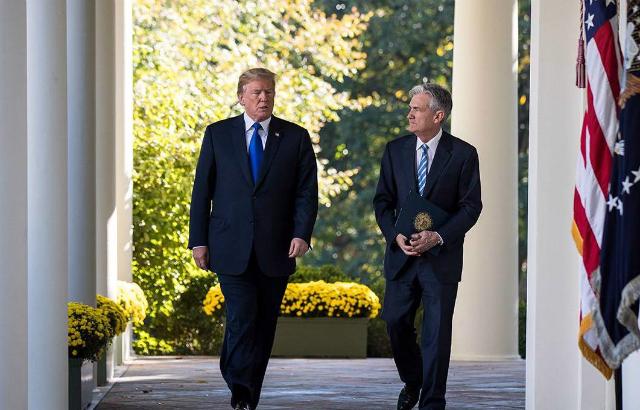 Tổng thống Mỹ Donald Trump (trái) và chủ tịch Fed Jerome Powell. Ảnh: Getty Images.