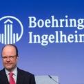 """<p class=""""Normal""""> <strong>8. Boehringer, Von Baumbach</strong></p> <p class=""""Normal""""> Tổng tài sản: 51,9 tỷ USD</p> <p class=""""Normal""""> Công ty: Boehringer Ingelheim</p> <p class=""""Normal""""> Trụ sở: Đức</p> <p class=""""Normal""""> Đại gia dược phẩm Đức thành lập năm 1885 bởi Albert Boehringer. Hơn 130 năm sau, gia đình Boehringer vẫn kiểm soát công ty này, với Chủ tịch Hubertus von Baumbach là cháu của Albert Boehringer. (<span>Ảnh:</span><em>Bloomberg)</em></p>"""
