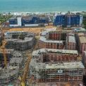 """<p> <span style=""""color:rgb(68,68,68);text-align:justify;"""">Bãi Trường ở xã Dương Tơ được coi là nơi điển hình trong việc bị bê tông hoá, phát triển """"siêu tốc"""" ở Phú Quốc. Bãi Trường hiện được chia thành nhiều lớp dự án, từ bờ biển vào tới đường ĐT 975 với nhiều nhà đầu tư khác nhau. Mỗi nhà đầu tư xây một kiểu khách sạn, resort khác nhau nhưng cùng một điểm chung là tận dụng triệt để diện tích đất, mật độ xây dựng dày đặc.</span></p>"""