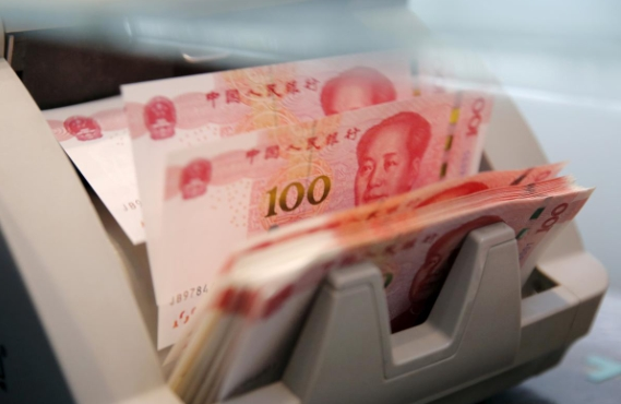 Nhân dân tệ đang mất giá, tỷ giá USD/CNY vượt 7, ngưỡng tâm lý quan trọng. Ảnh: Reuters.
