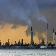 Giá dầu tăng gần 5% nhờ căng thẳng thương mại Mỹ - Trung hạ nhiệt