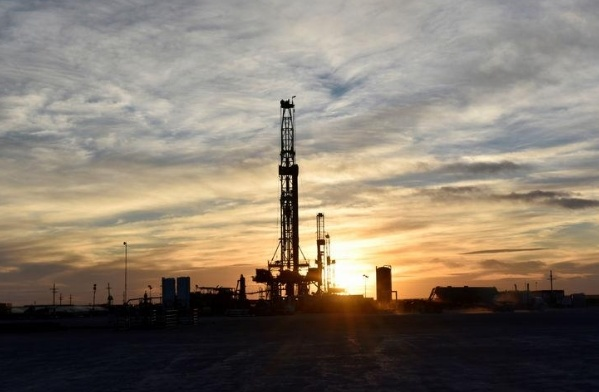 Tồn kho tại Mỹ bất ngờ tăng, giá dầu giảm 3%