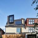 <p> Nhà có 3 tầng, được xây dựng trên khoảng đất không quá rộng. Song với lối thiết kế mở, không gian vẫn ngập tràn ánh sáng tự nhiên.</p>