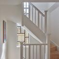 <p> Khu vực cầu thang có diện tích khá hẹp, tuy nhiên đội ngũ kiến trúc sư đã chọn phong cách thiết kế đơn giản, cùng với tay vịn màu trắng để tạo hiệu ứng tích cực về thị giác.</p>