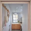 <p> Toàn bộ các bước tường đều được sơn màu trắng, tạo cảm giác thoáng mát, rông và trẻ trung.</p>