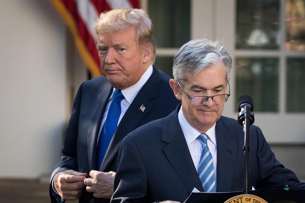 Trump đổ lỗi cho Fed vì sự đảo chiều 'điên rồ' của đường cong lợi suất