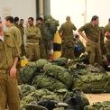 """<p> Theo quy định của Israel, Neumann phục vụ cho Lực lượng Quốc phòng Israel (IDF) sau khi tốt nghiệp phổ thông. Anh phục vụ trong hải quân 5 năm, dù thời gian yêu cầu là 3 năm. """"Đó là nơi tôi quen biết nhiều người bạn thân nhất của mình"""", Neumann nói với <em>Haaretz </em>vào năm 2017. (Ảnh: <em>Flickr</em>)</p>"""