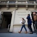 """<p> Neumann ghi danh tại trường Baruch College vào tháng 1/2002, chuyên ngành kinh doanh. Thời điểm này, anh nảy ra ý tưởng về WeLive (không gian sống chung) trong một cuộc thi kinh doanh của trường. Tuy nhiên, ý tưởng bị loại trong vòng 2 vì một giáo sư không nghĩ Neumann có thể huy động đủ vốn """"để thay đổi cách sống của mọi người"""". (Ảnh: <em>Reuters/Carlo Allegri</em>)</p>"""