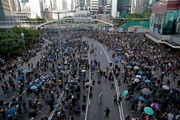 Hong Kong bơm hàng tỷ USD ngăn suy thoái kinh tế