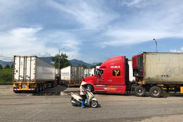 Trung Quốc bất ngờ cấm hàng trăm xe container Việt Nam qua biên giới
