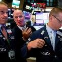<p> Từ trái qua phải là chuyên viên Glenn Carell, John O'Hara và Robert Nelson tại Sở giao dịch Chứng khoán New York, thời điểm chỉ số Dow Jones giảm 800 điểm và có ngày tồi tệ nhất năm 2019. Ảnh: <em>AP</em>.</p>