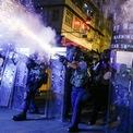 <p> Cảnh sát Hong Kong bắn hơi cay vào nhóm người biểu tình tại Sham Shui Po. Ảnh: <em>Reuters</em>.</p>